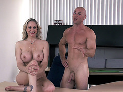 Hot mom Julia Ann receives facial cumblast