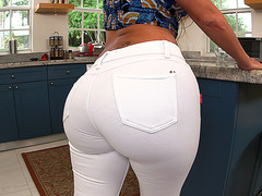 Vanessa Luna in a tight jeans showing her butt