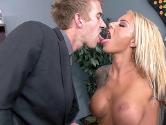 Britney Shannon gets her juicy cunt licked